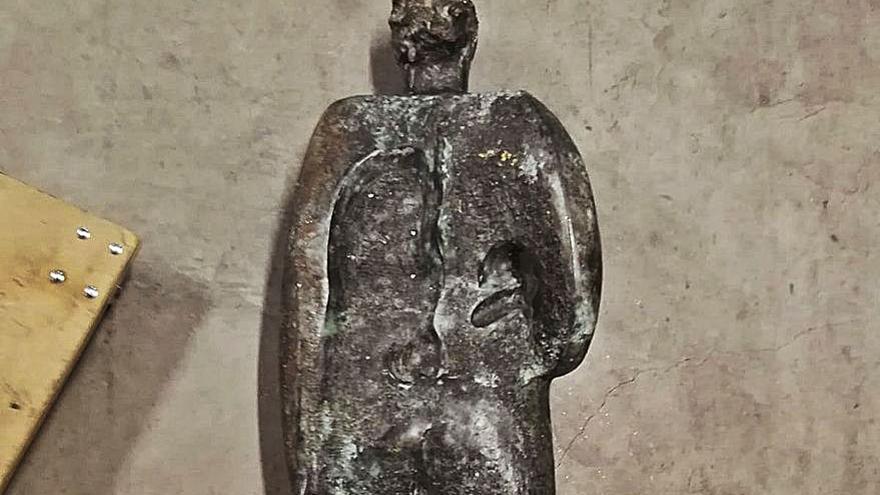 "El Concello recupera ""Home"", la escultura robada de Xosé Cid, gracias a un aviso social"