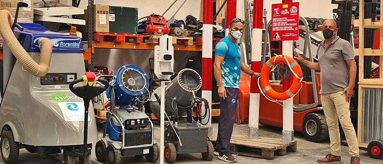 Angelo Rodríguez (izquierda) y Alfonso Reyes, el pasado jueves en las instalaciones de Lumar Canarias en Arrecife.
