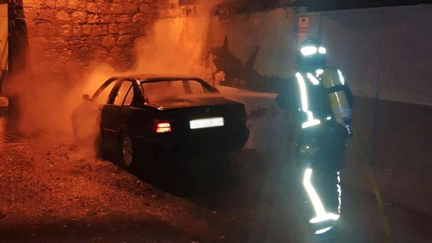 Muere al volcar y quemarse el coche que conducía de madrugada en Granadilla