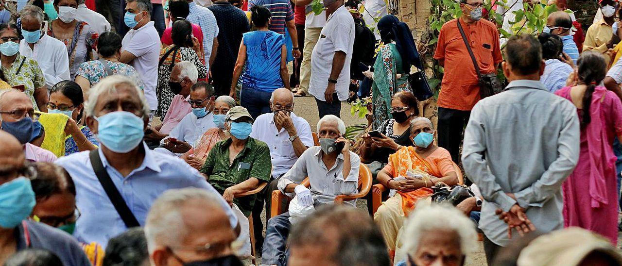 Personas esperando a ser vacunadas contra el covid-19 en Bombay
