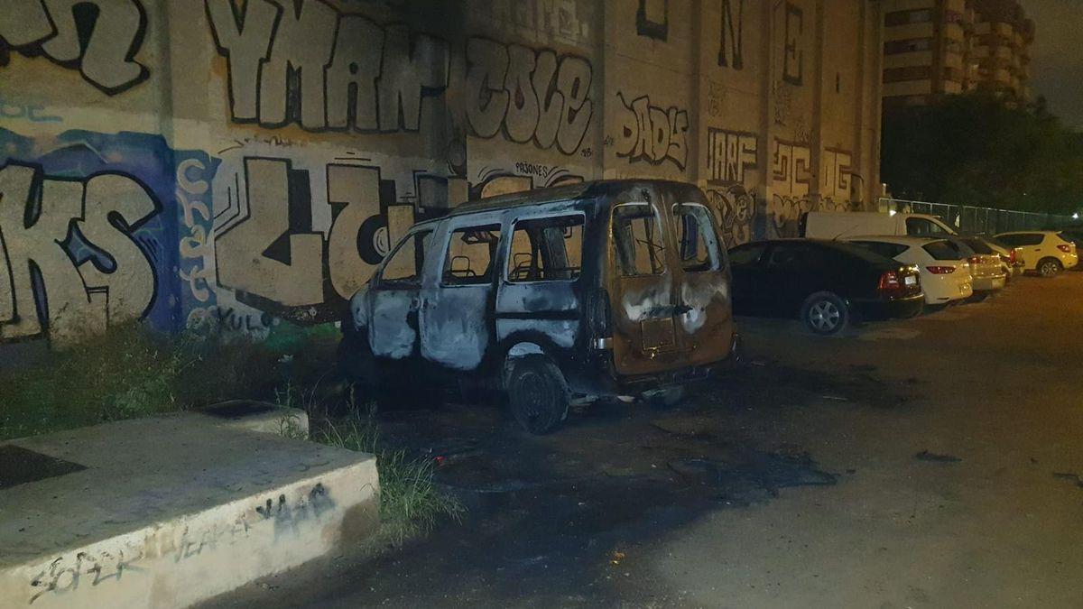 Uno de los vehículos quemado
