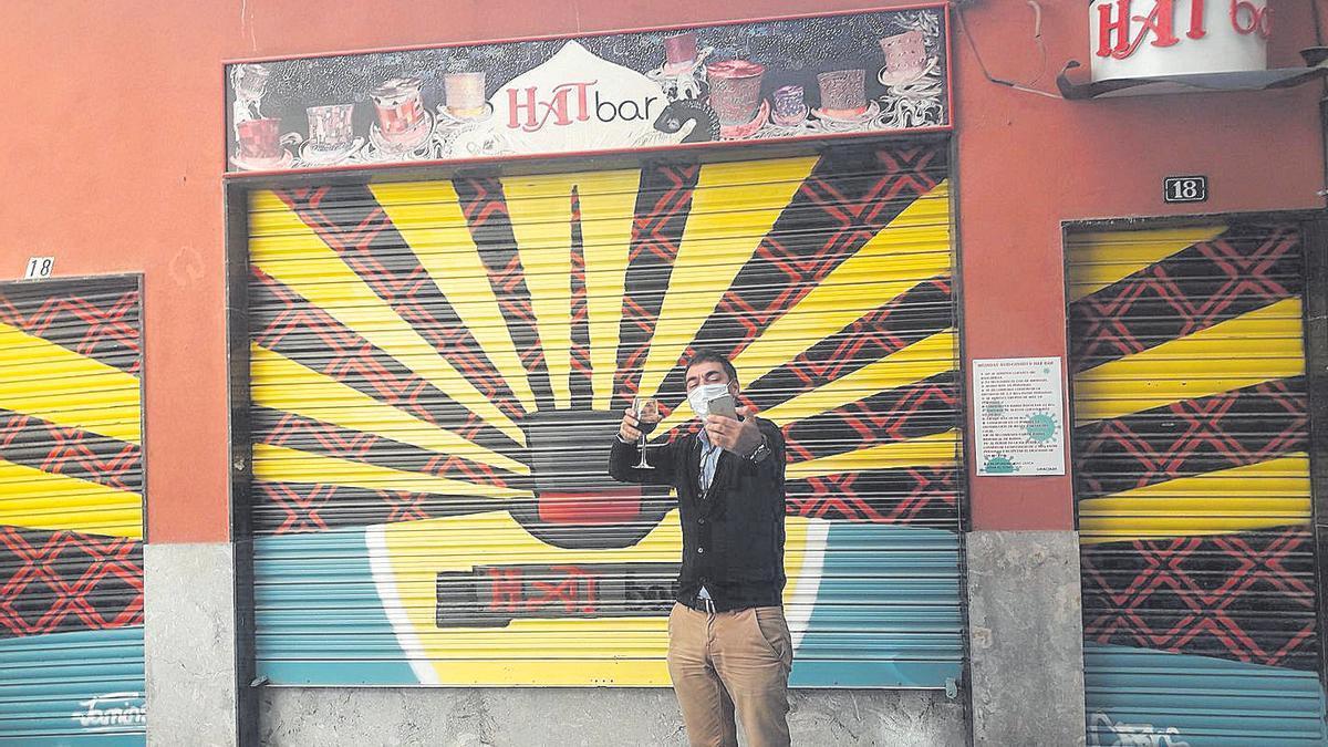 Alberto Navarro se hace un 'selfie' ayer ante el Hat Bar.