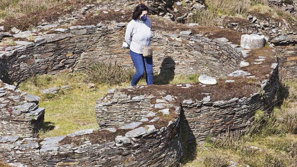 Una visitante en el castro de Coaña. | Miki López
