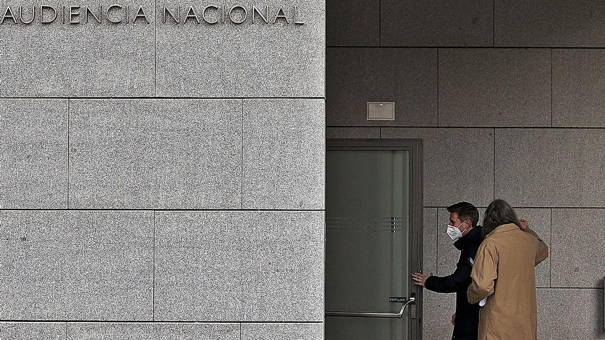 Víctor Soler y su abogado, ayer entrando en la Audiencia Nacional, en Madrid para declarar por Púnica.  | LEVANTE-EMV