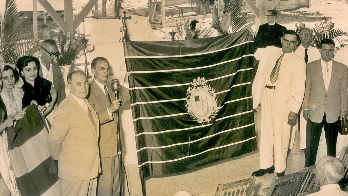 Emigrantes en Cuba, con la bandera de Zamora en un acto en la Colonia Zamorana de Cuba. | Centro de Estudios de la Emigración Castellana y Leonesa