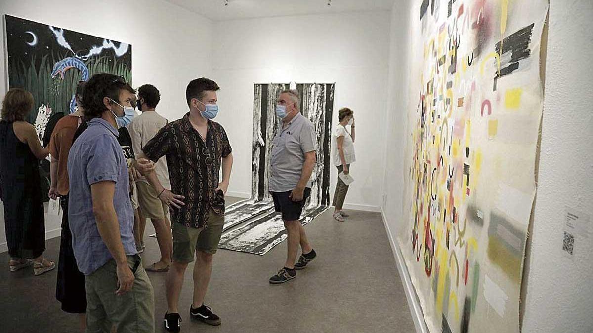 Visitantes en la exposición de obras seleccionadas en el Certamen d'Arts Plàstiques.