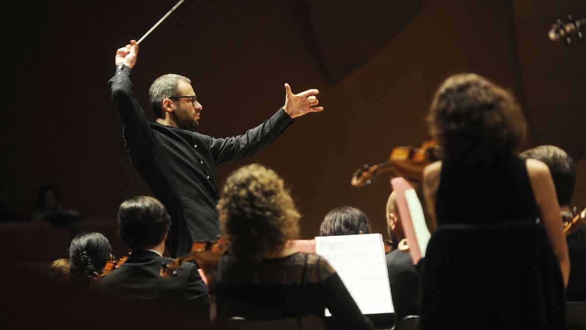 Dima Slovodeniouk dirige a la Sinfónica de Galicia durante un concierto en el Palacio de la Ópera.