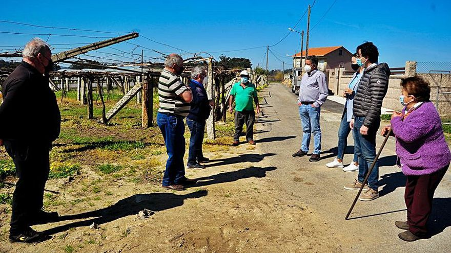 Una obra de saneamiento hunde una pista secundaria en Vilariño