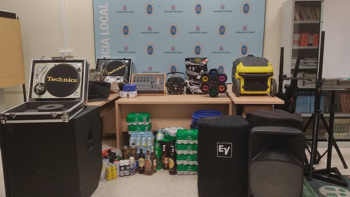 Material intervenido en la fiesta ilegal desmantelada por la Policía Local de Córdoba