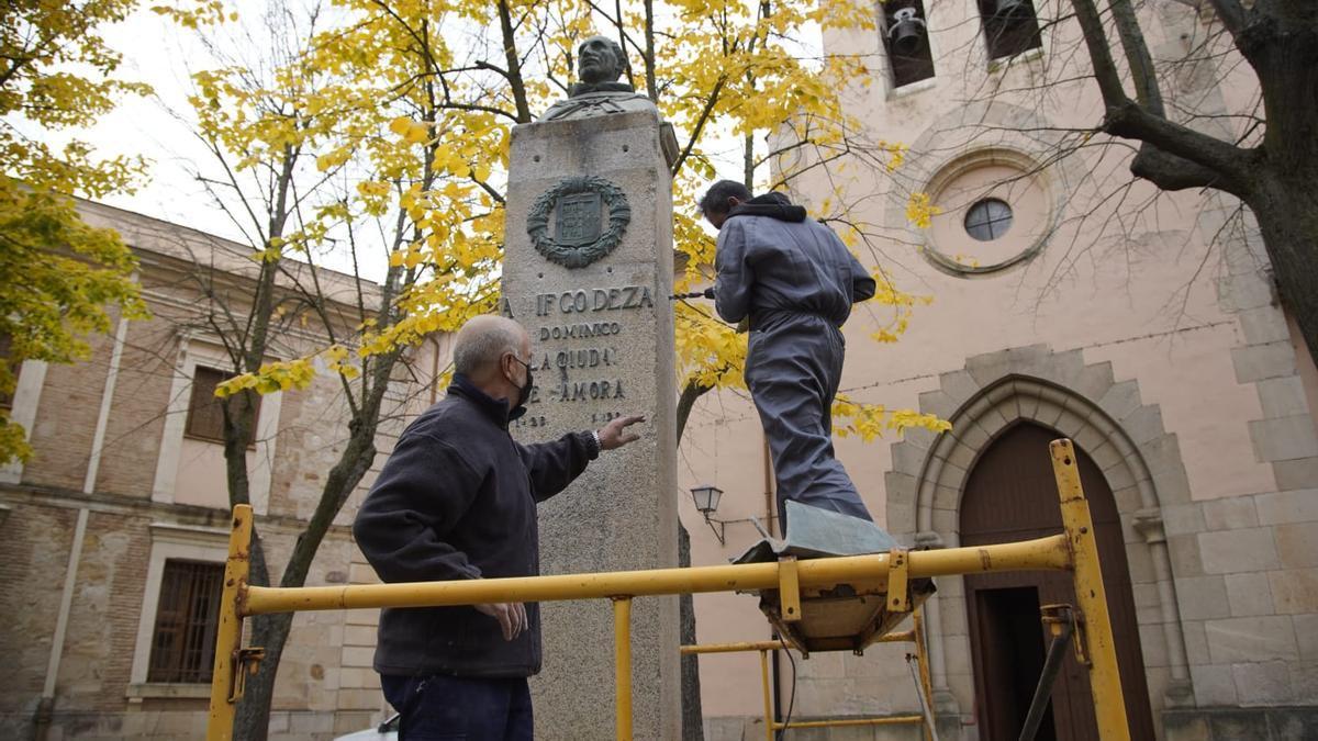 Operarios, durante el arreglo del pedestal.