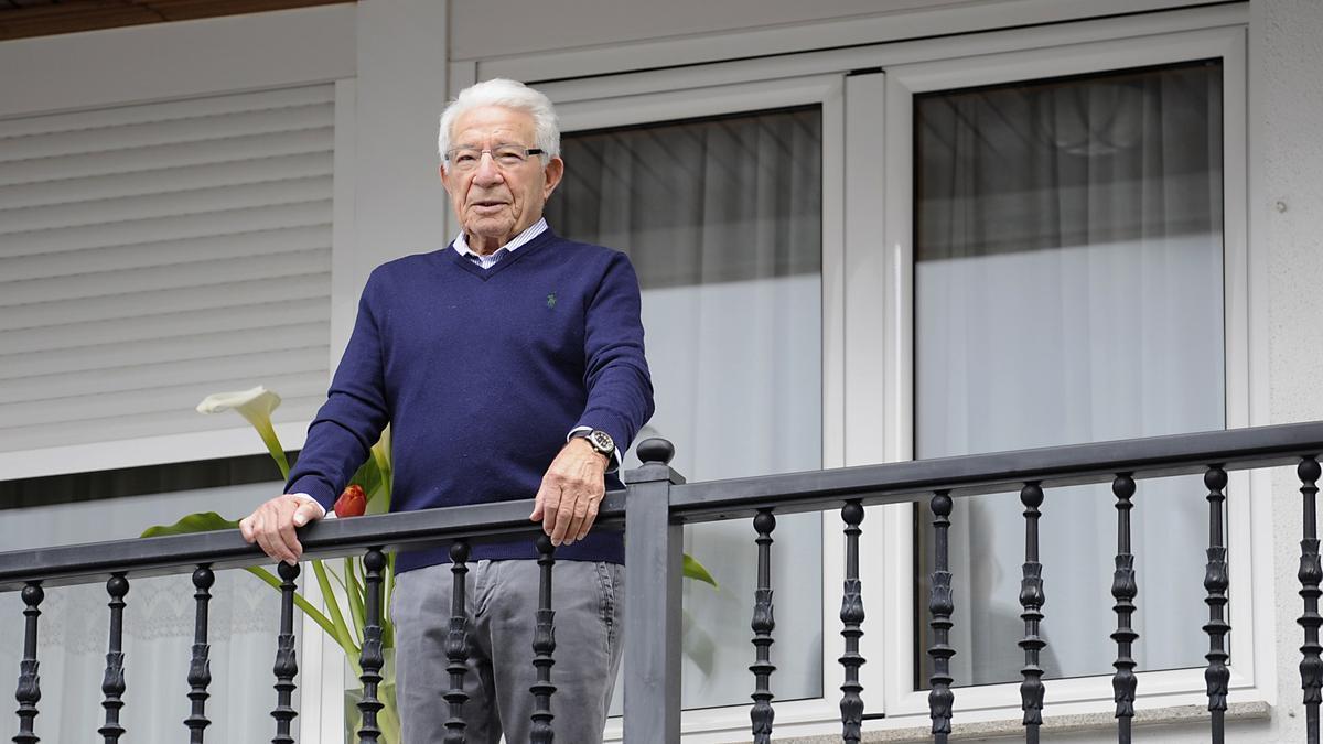 Adolfo Campos Panadeiros, en abril del año pasado, en el balcón de su piso de Lalin.
