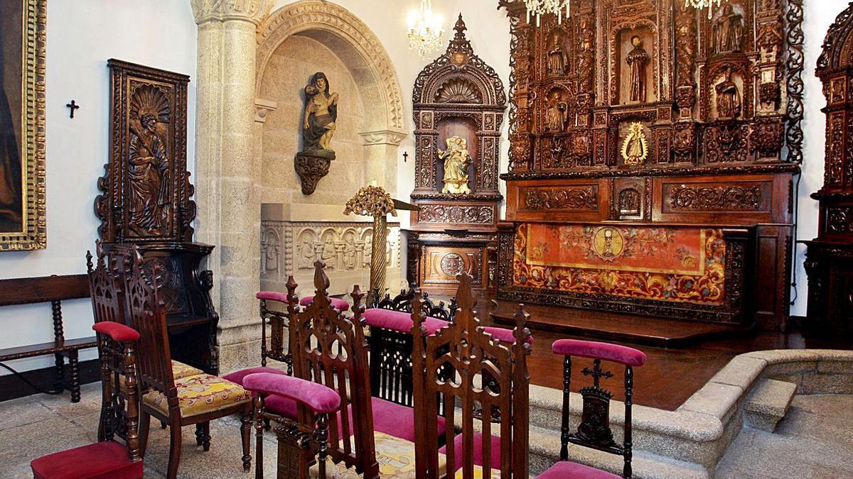 La capilla del pazo, con el retablo al fondo y las sillas bordadas por Pardo Bazán y sus hijas.     // LA OPINIÓN