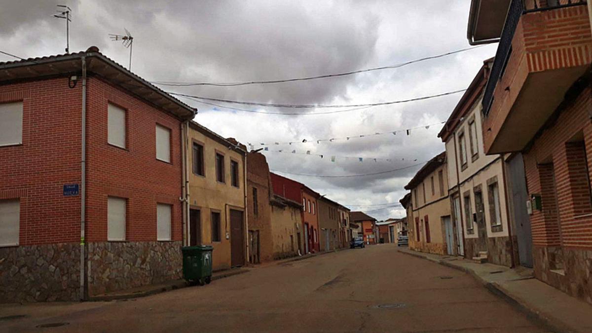Una calle de Manganeses de la Polvorosa. | E. P.