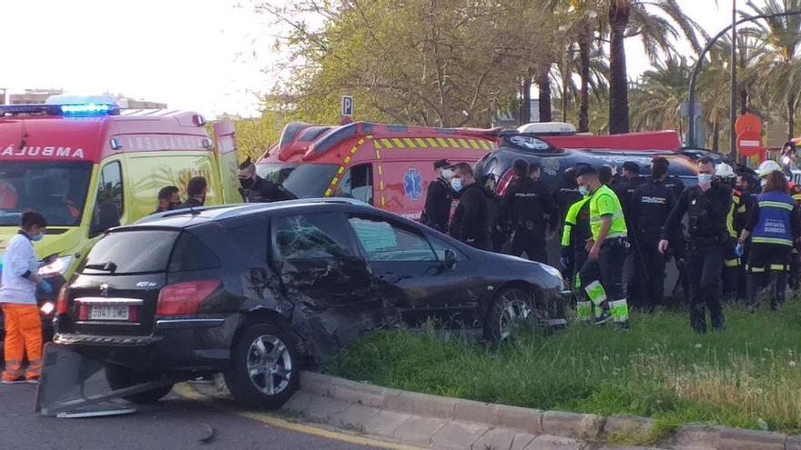 Vídeo tras el impacto de un turismo y un coche de la Policía Nacional en València
