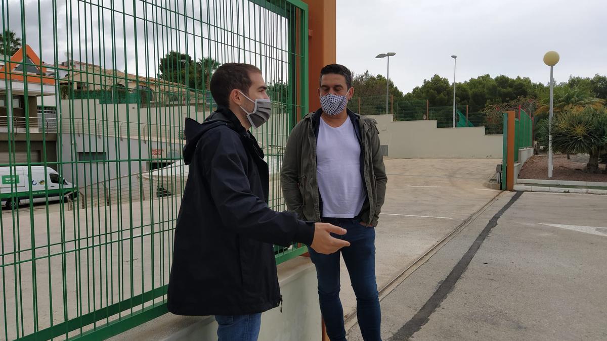 El portavoz de Compromís Ximo Perles y el senador Carles Mulet, ayer, en Calp