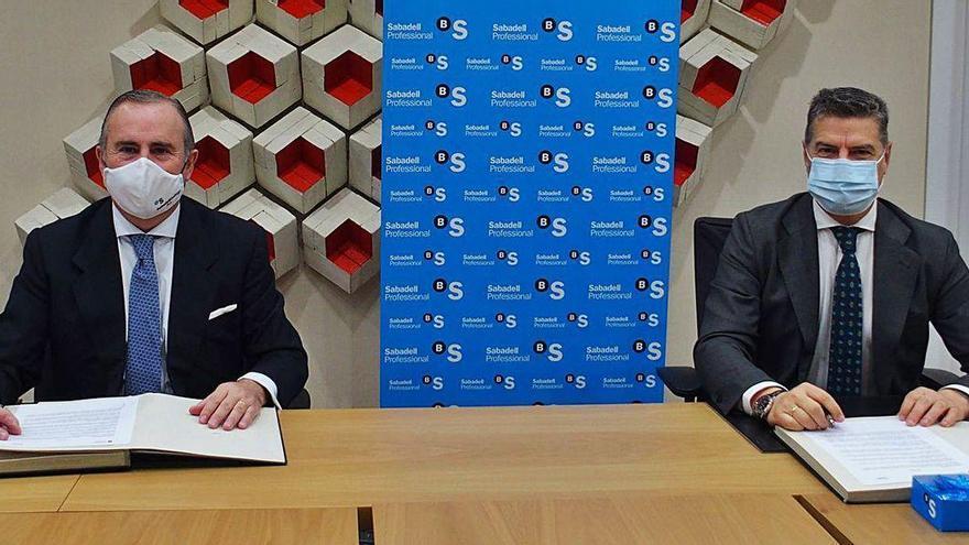 Sabadell sella un acuerdo con los economistas gallegos