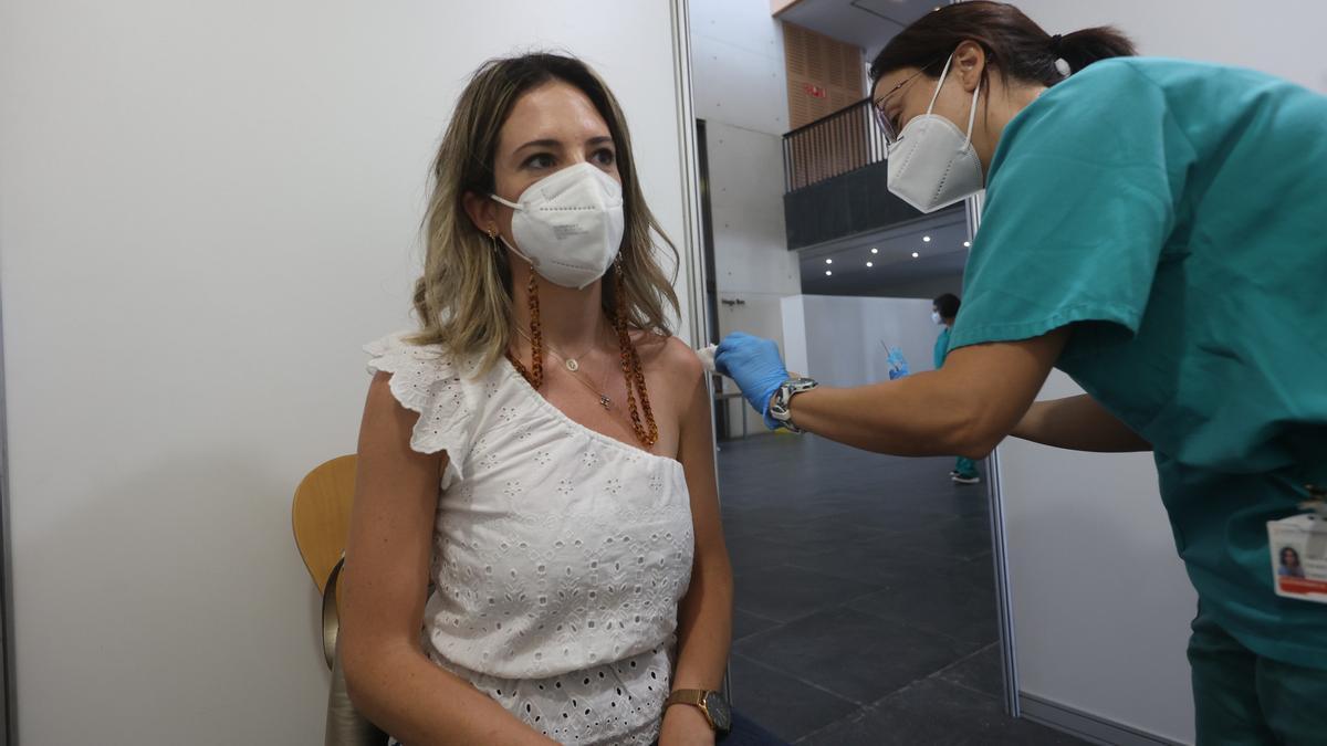 El Auditori de Castelló empezó ayer a vacunar a los veinteañeros de la capital.