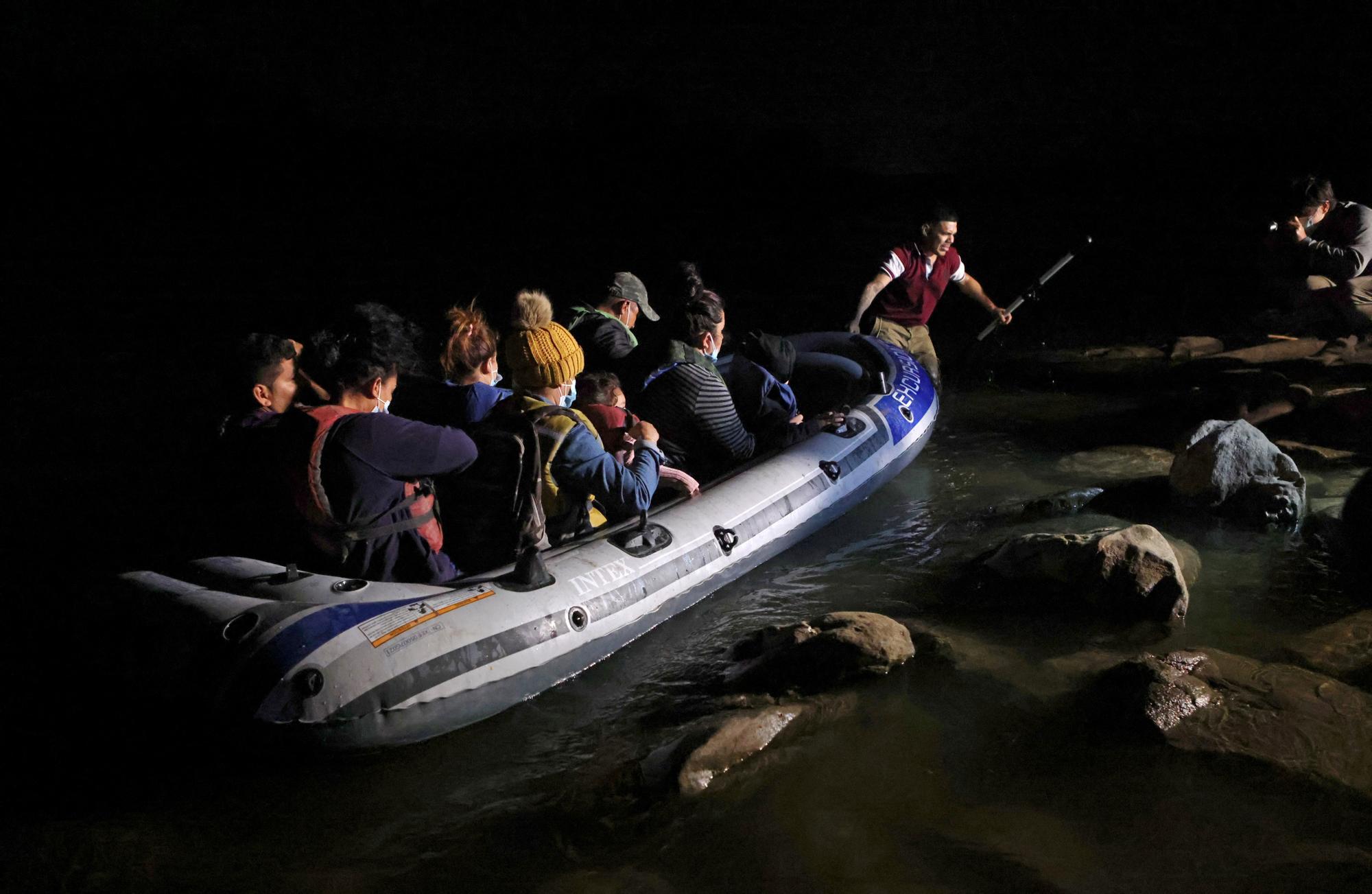 Inmigrantes mexicanos llegan en patera a la frontera