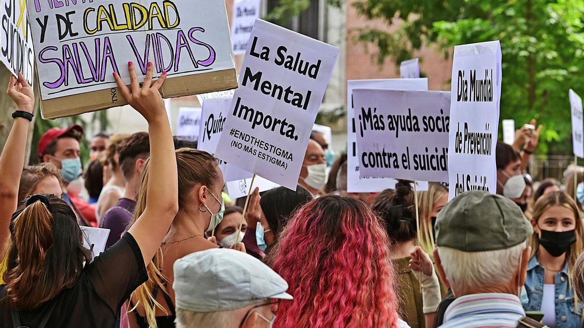 Manifestantes, ayer, en la primera concentración estatal para la prevención del suicidio.     // VÍCTOR LERENA