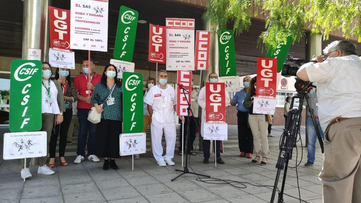 Protesta de delegados sindicales antes el hospital Infanta Margarita de Cabra