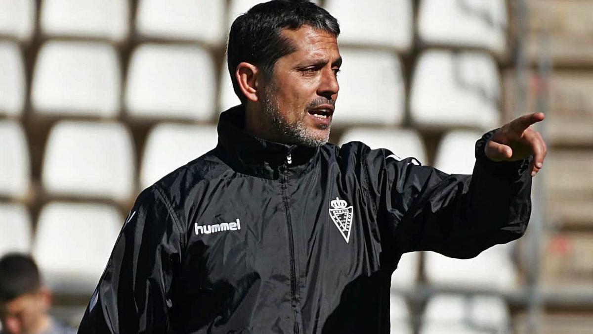 José Luis Rodríguez Loreto, entrenador del Real Murcia, durante un entrenamiento.  | PRENSA REAL MURCIA