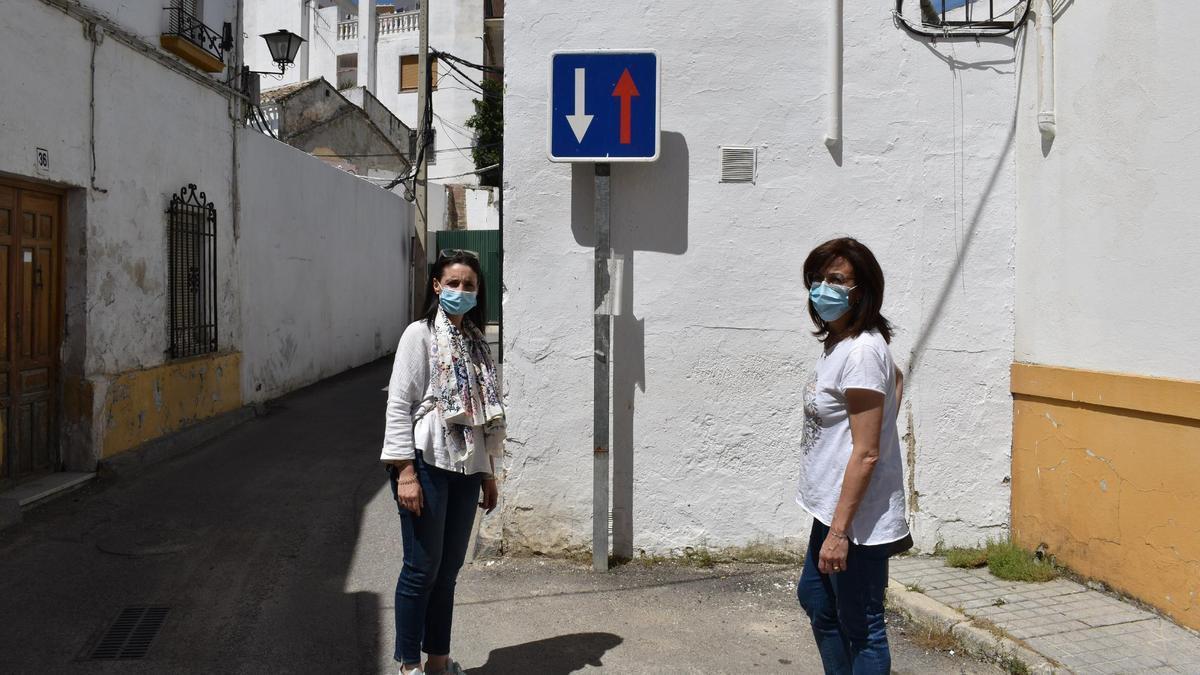 Martas Siles y María Luisa Ceballo, ante el inmueble que ha adquirido el Ayuntamiento de Priego.