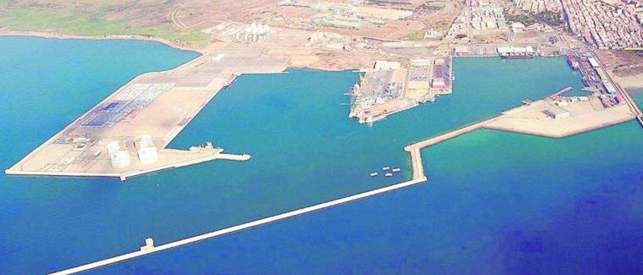 Vista aérea de las instalaciones de la Autoridad Portuaria de València en Sagunt. | LEVANTE-EMV