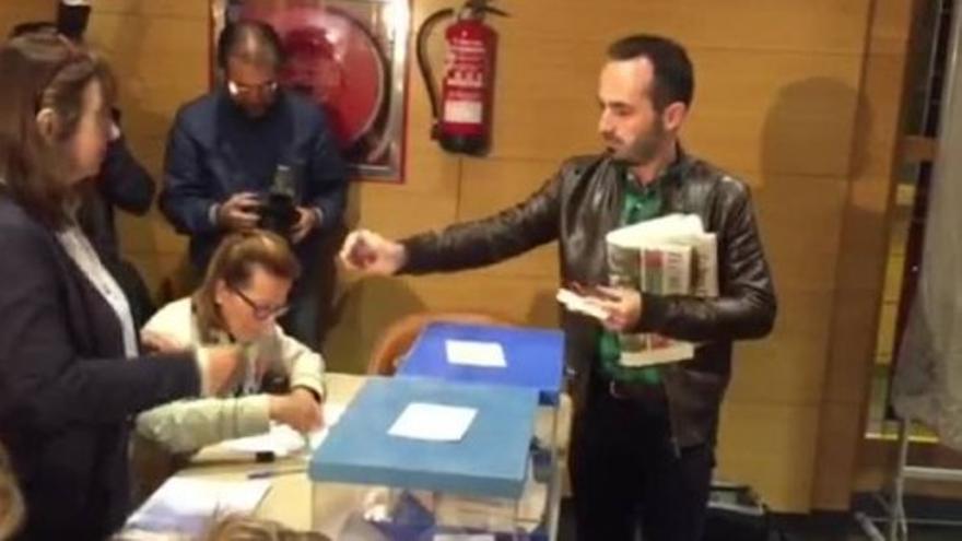 Adán Fernández votando