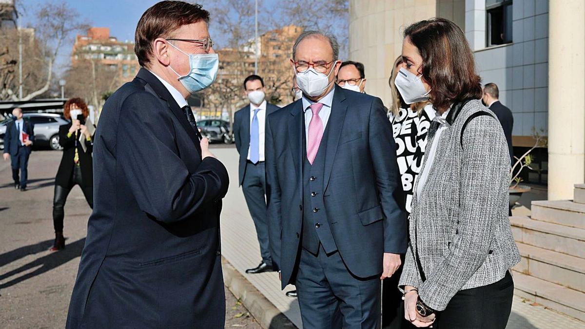 Ximo Puig saluda a la ministra Reyes Maroto ante Vicente Nomdedeu, ayer. | EFE/DOMENECH CASTELLÓ