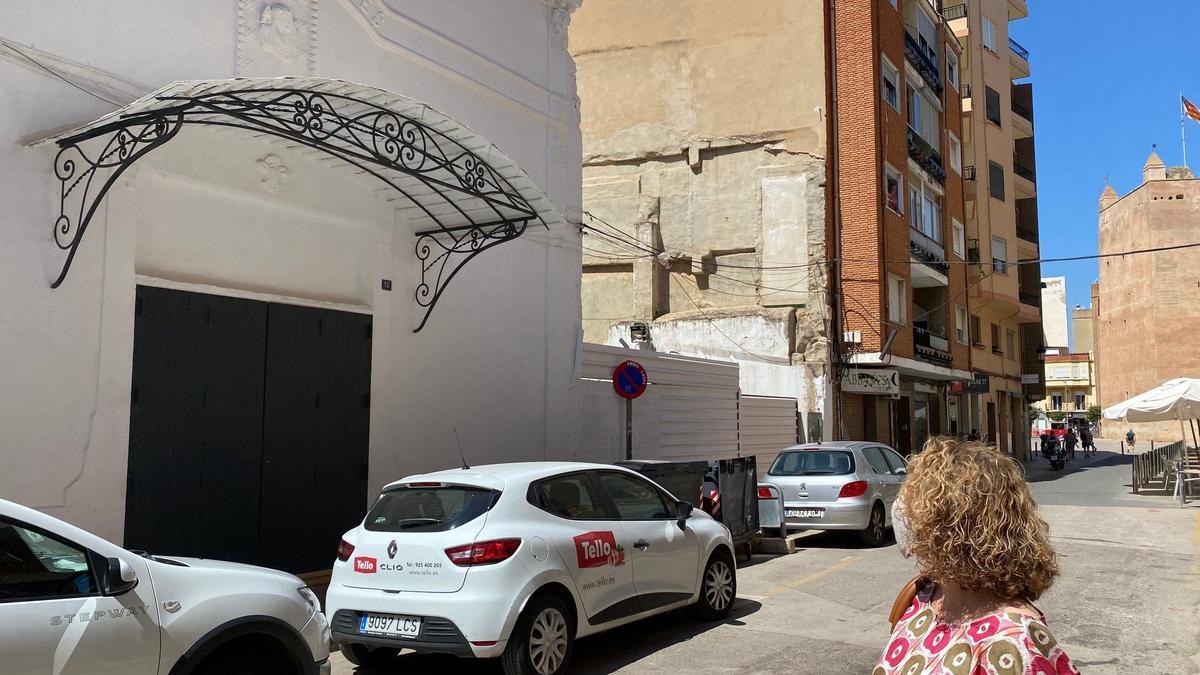Amparo Folgado frente al Cine Cervantes