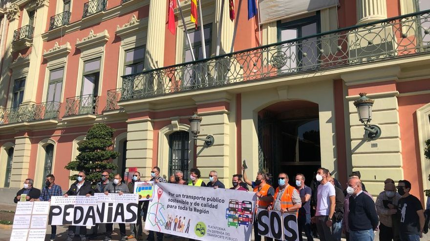 Serrano se compromete con el transporte público a las puertas de la Glorieta antes de la moción