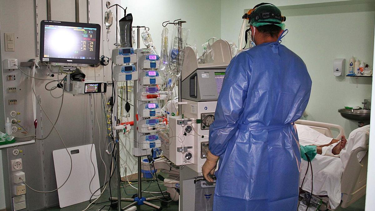 Un enfermero atiende a un paciente de covid en la UCI del Hospital Rafael Méndez de Lorca