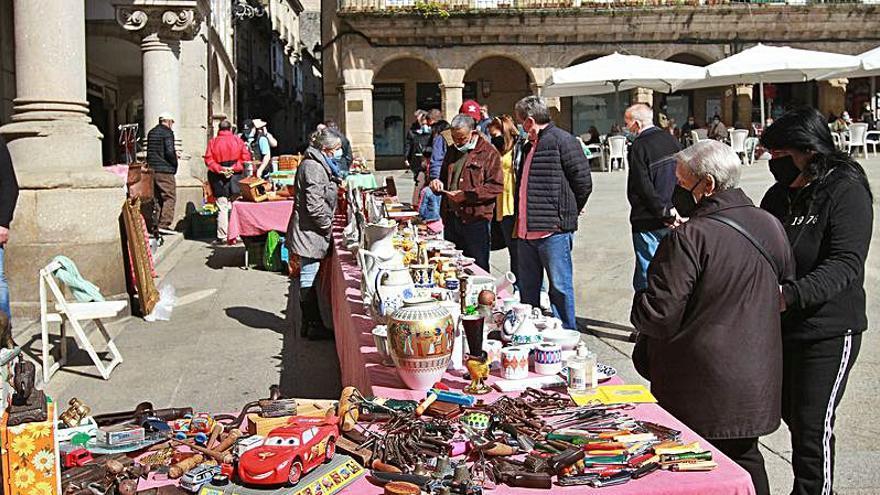 Buena afluencia al mercadillo de antigüedades de la Plaza Mayor, una oferta más para los últimos turistas