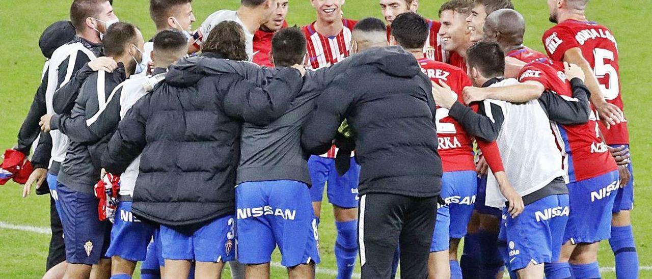 Los jugadores del Sporting celebran el triunfo ante el Girona el pasado sábado en El Molinón.