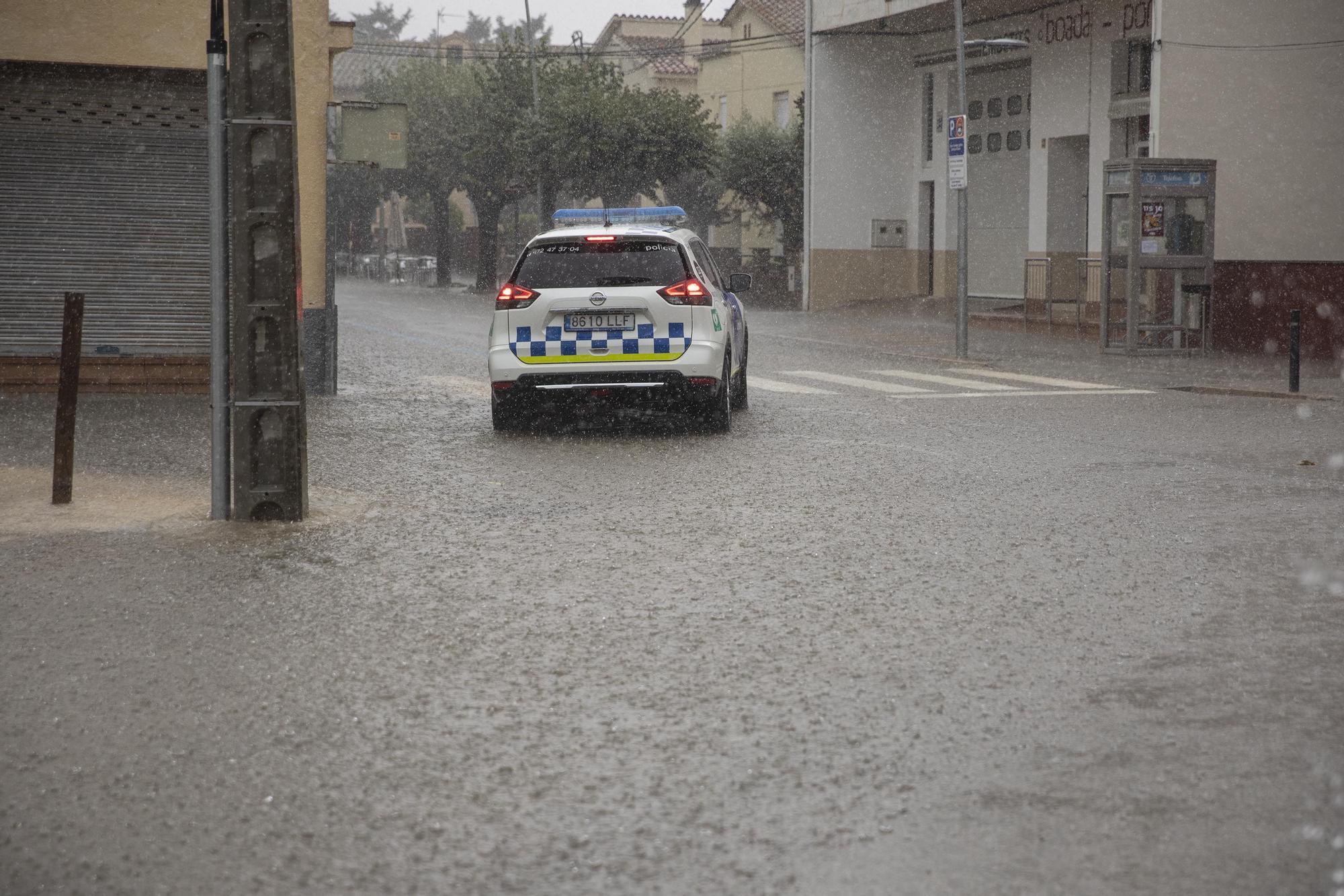 Tarda de pluges intenses que causen lleus inundacions i destrosses a les comarques gironines