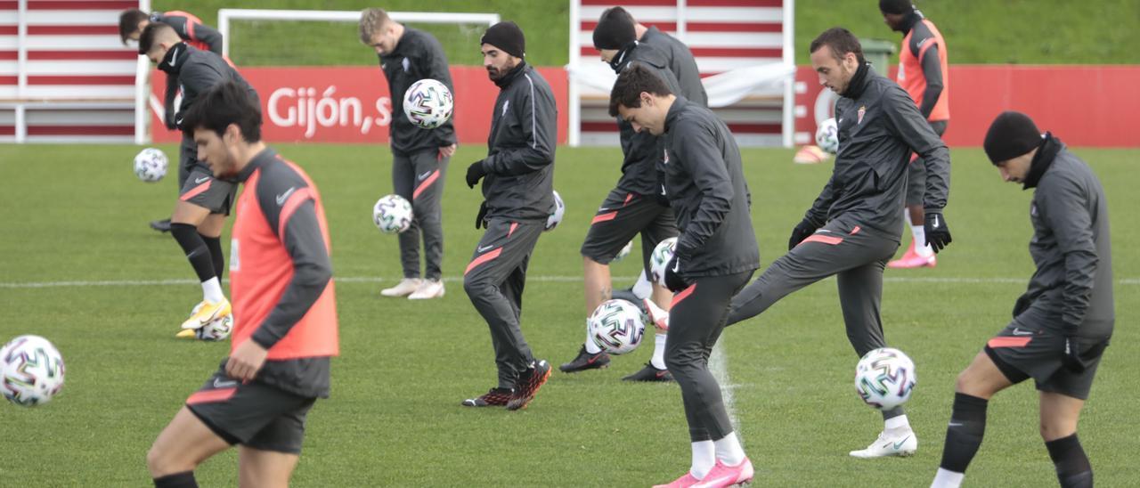 Jugadores del Sporting, durante un entrenamiento en Mareo