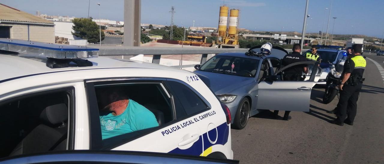 El detenido dentro del coche patrulla tras su arresto
