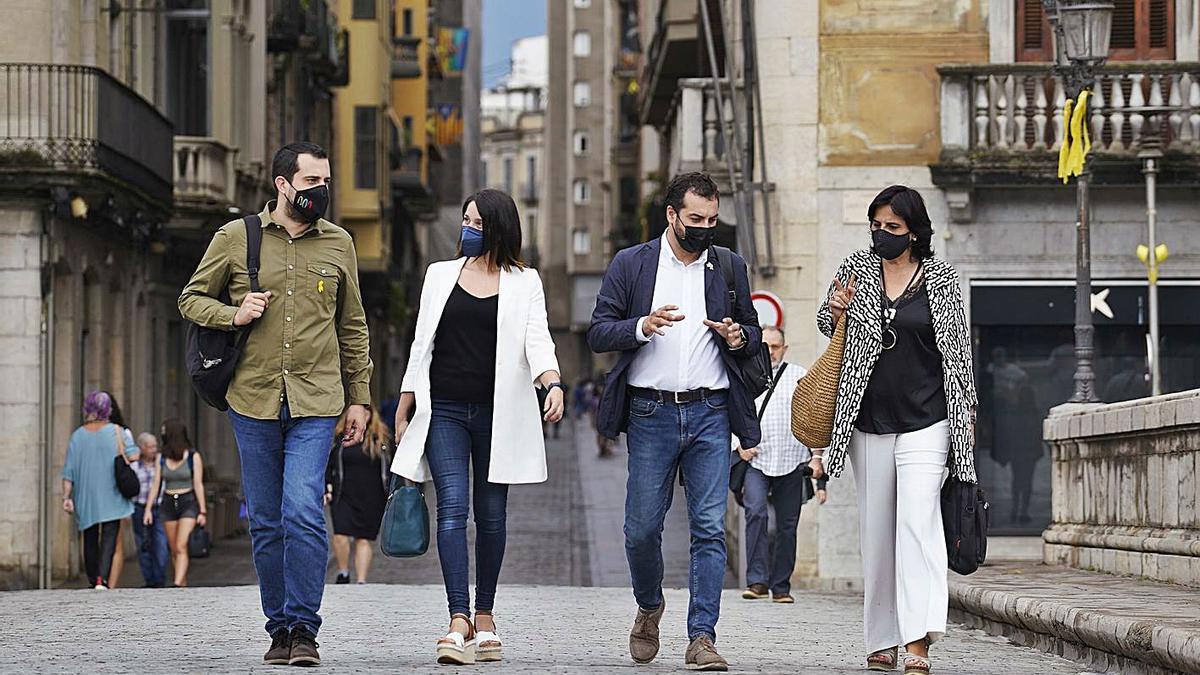 Els quatre regidors d'Esquerra Republicana a l'Ajuntament de Girona, ahir, al pont de Pedra.   MARC MARTÍ