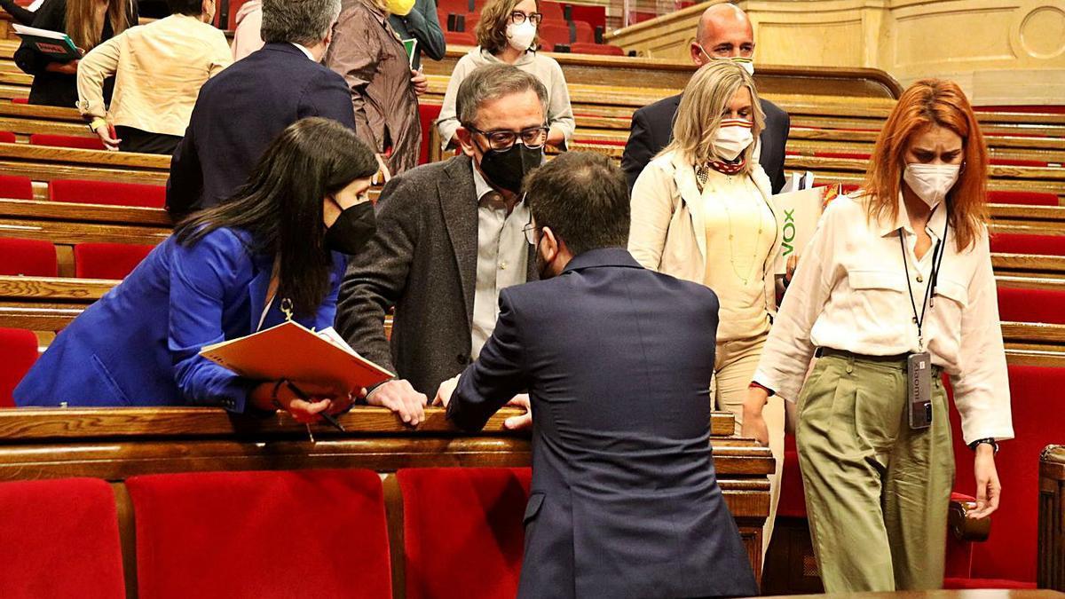 Jéssica Albiach passa pel costat de Pere Aragonès, ahir al Parlament   ACN