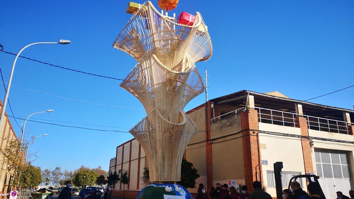 El Pí de Nadal se ha levantado en la Ciudad del Artista Fallero