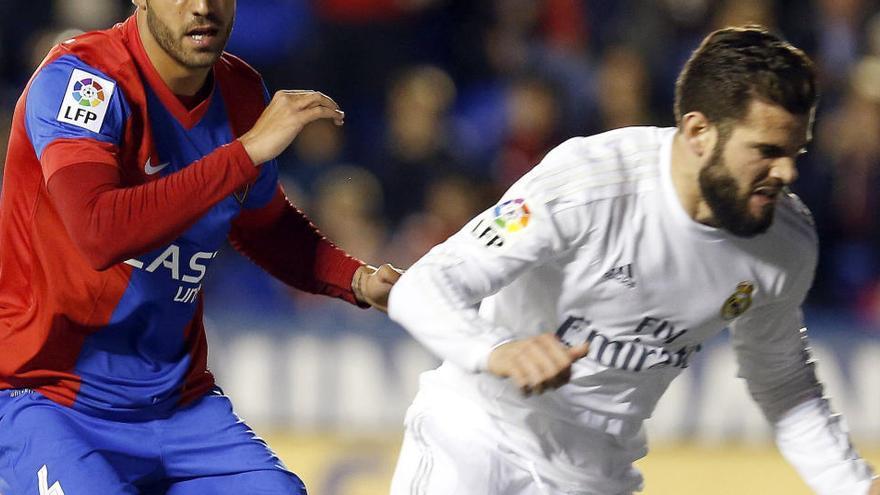 El defensa del Madrid Nacho Fernández, positivo por coronavirus