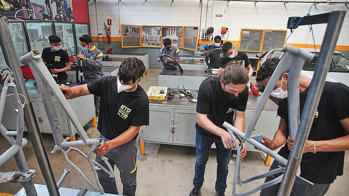 Els alumnes d'aquest PFI de l'ETG, al taller que han muntat per reparar les bicicletes. | MARC MARTÍ