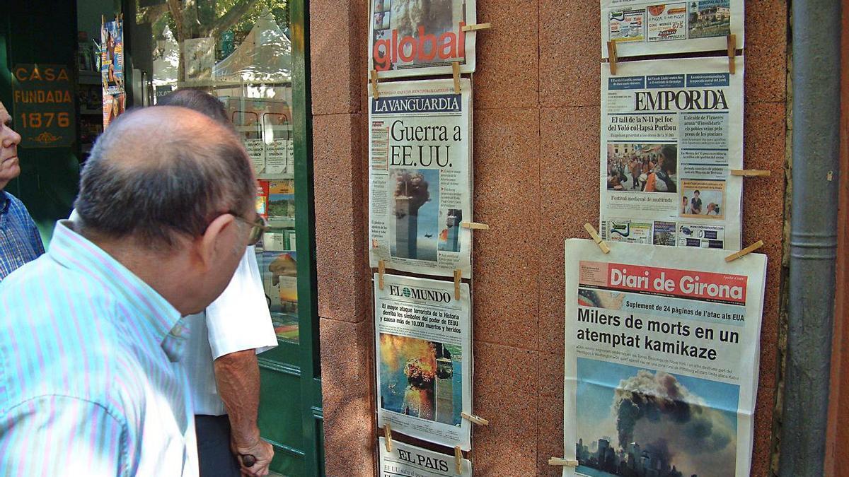 L'expositor de diaris de la llibreria Canet de la Rambla de Figueres, l'endemà dels atemptats
