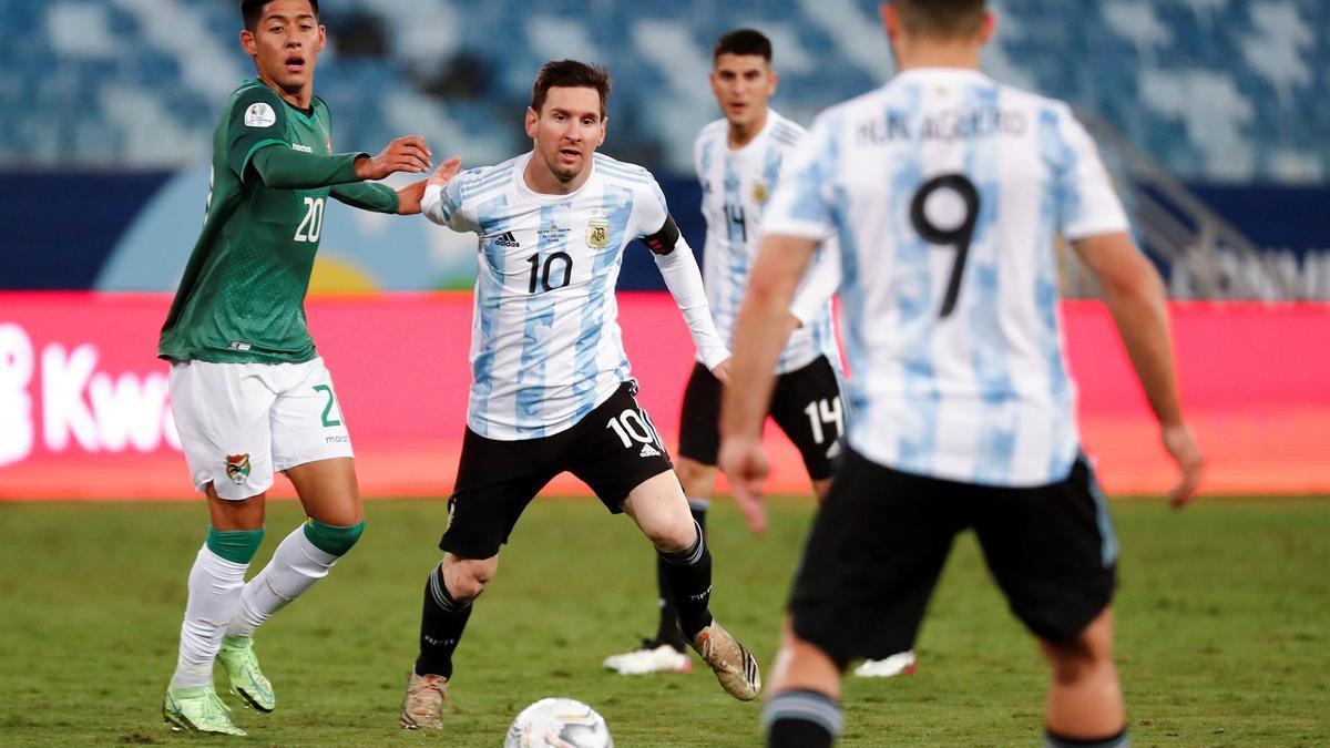 Messi conduce el balón durante el Argentina-Bolivia.