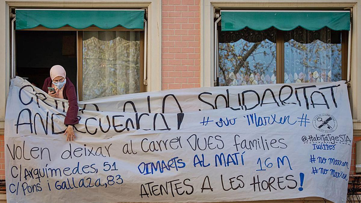 Pancarta per un desnonament a Barcelona.  | MANU MITRU
