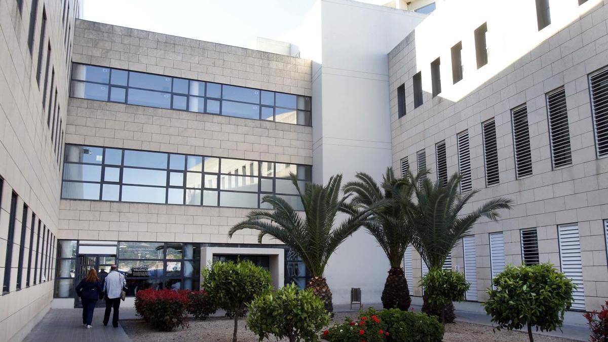 Vista lateral del hospital de la Ribera