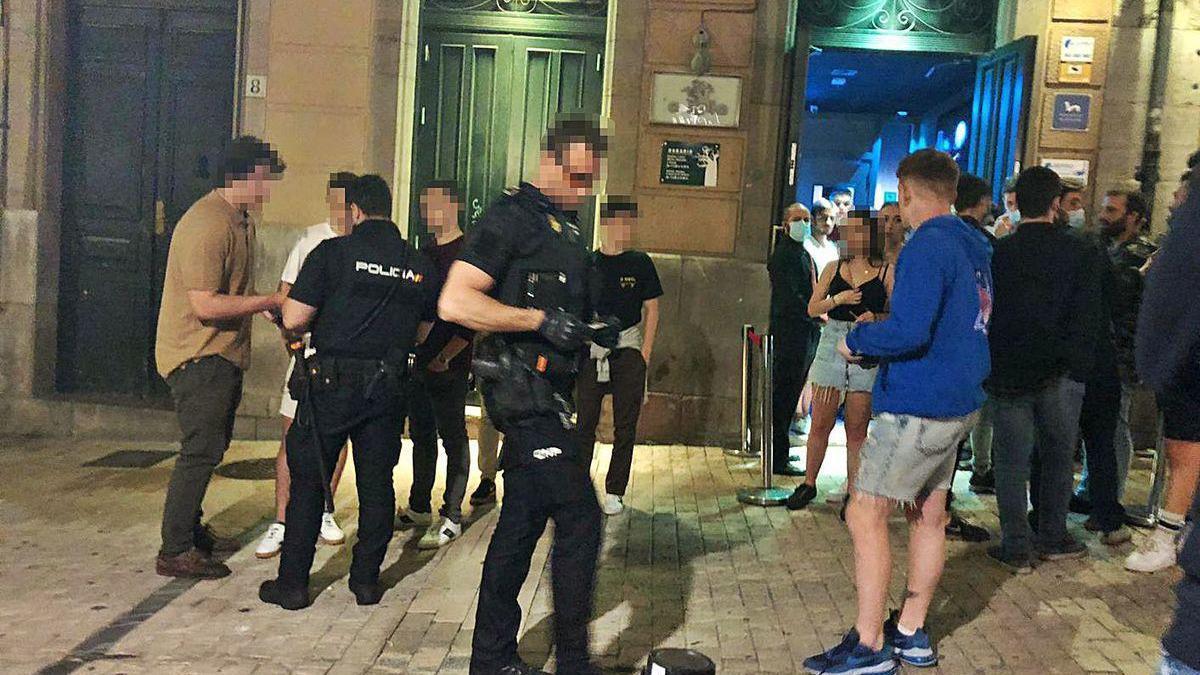 La Policía Nacional, en la madrugada de ayer, identificando a jóvenes ante un local de la calle Altamirano.