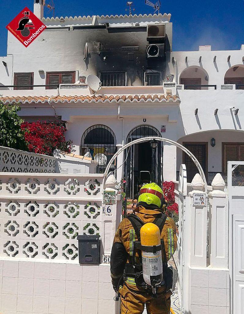 Imagen de la intervención de los bomberos en la segunda planta de la vivienda siniestrada en la Avenida de Torreblanca de Torrevieja