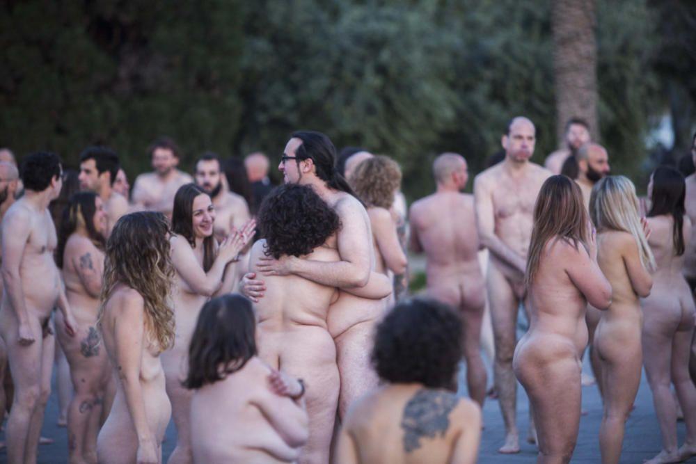 Spencer Tunick desnuda a 2.000 personas en València frente a las Torres de Serranos
