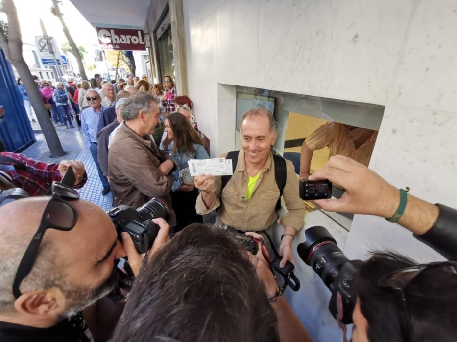 A las 11.00 horas de la mañana se abrían las taquillas del teatro de la calle Córdoba, con unas 30 personas esperando para hacerse con su entrada para 'A Chorus Line'.